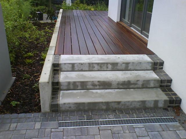 holzterrasse treppe st tzwand pflasterarbeiten frankfurt am main von gartenbau reuter gmbh. Black Bedroom Furniture Sets. Home Design Ideas