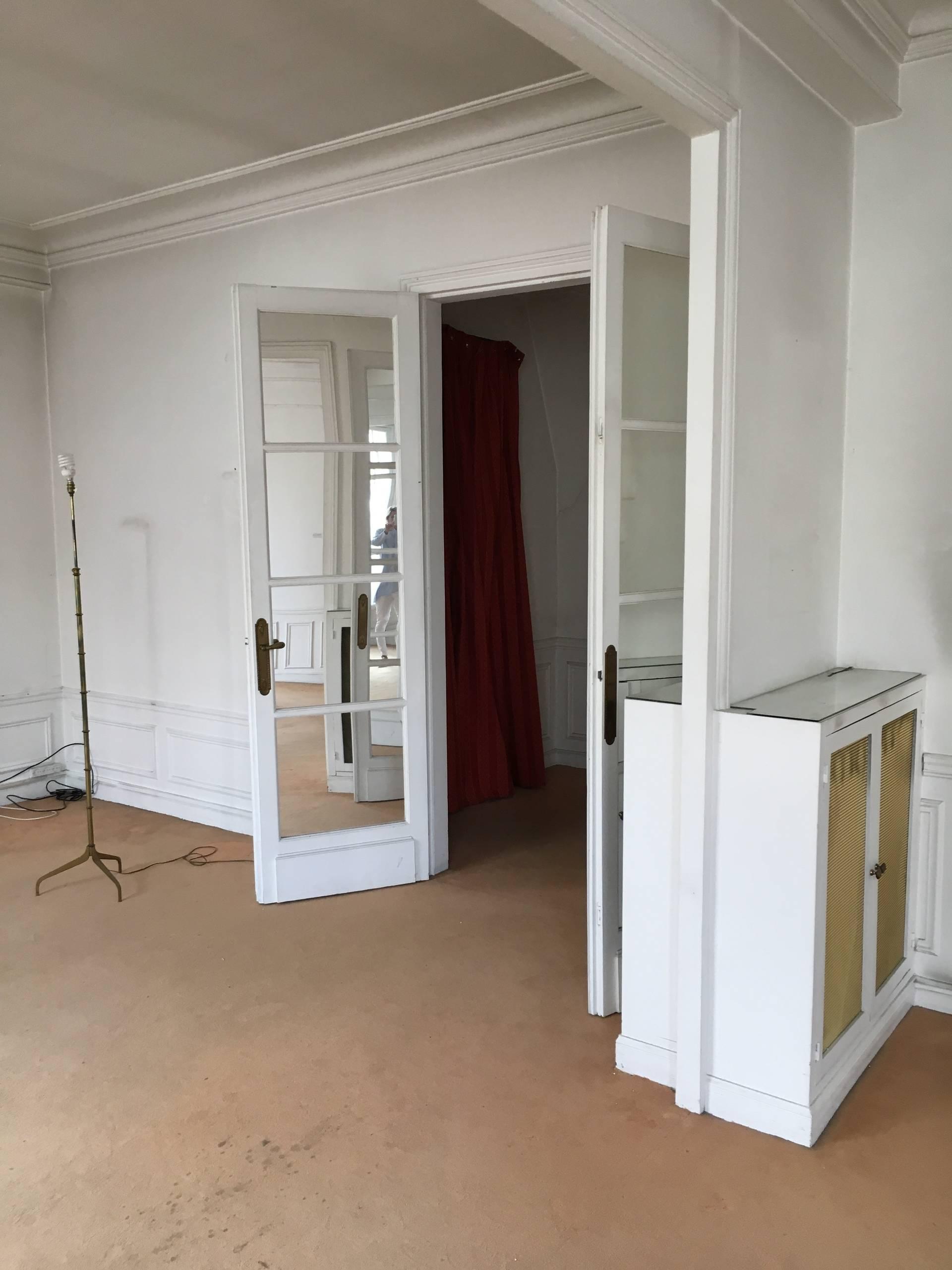 Cuisine ouverte sur une salle à manger dans un appartement haussmannien