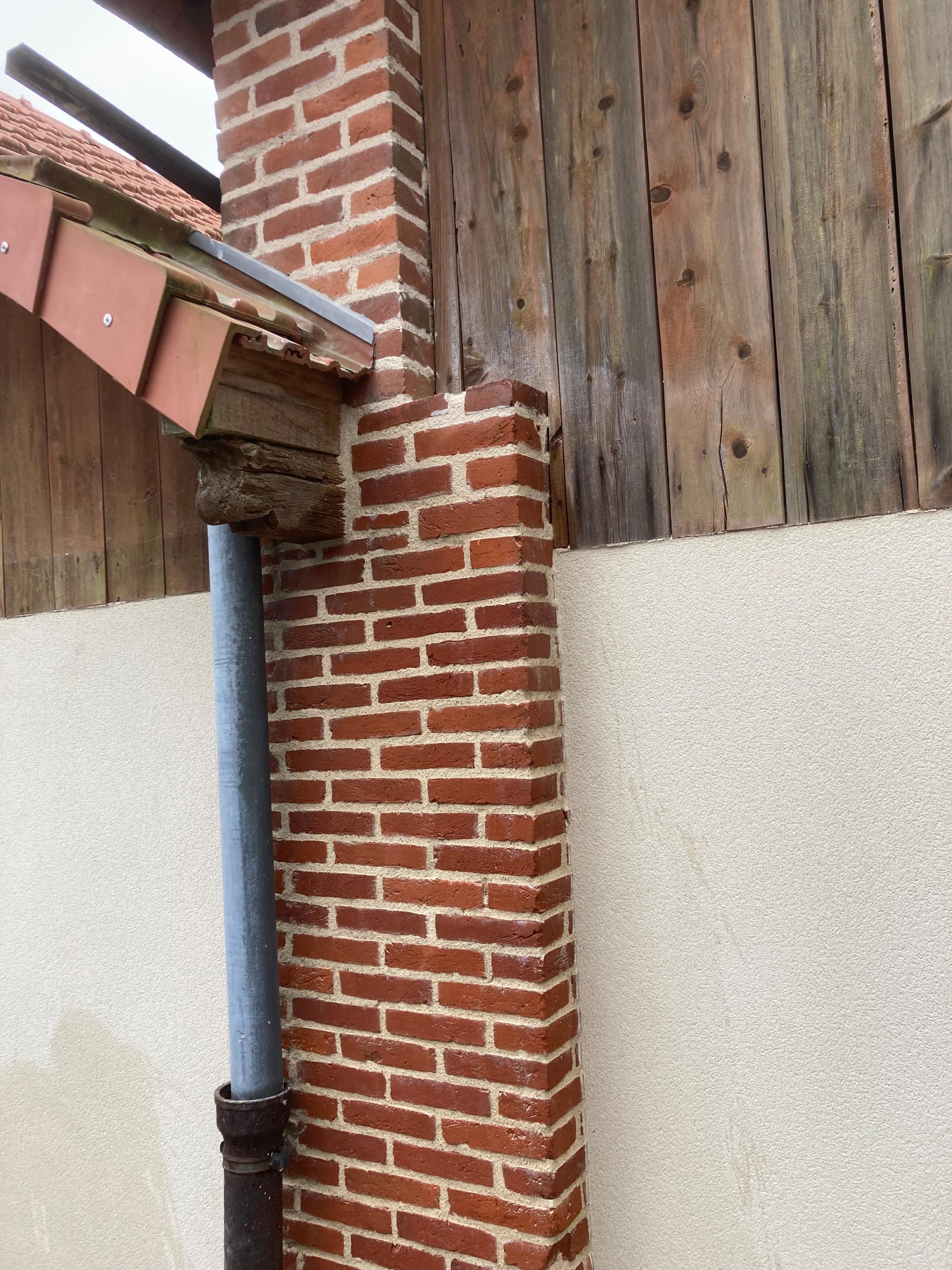 Joints de briques sur les poteaux de séchoirs d'une ancienne briqueterie
