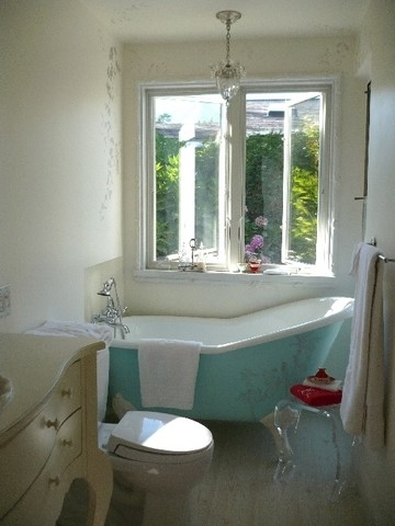 eclectic bathroom Elegance & Decay