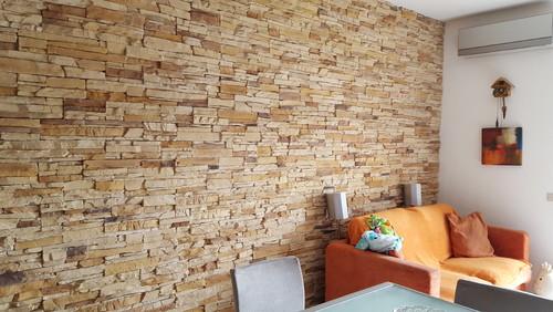 Come organizzare la parete soggiorno - Parete salotto in pietra ...