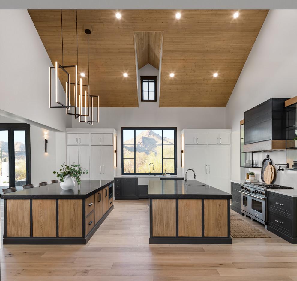 Example of a farmhouse home design design in Phoenix