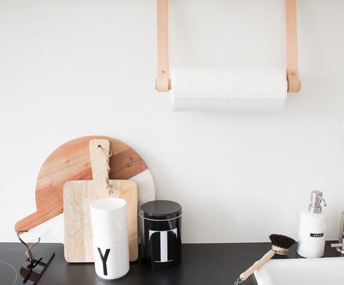 DIY: Kreativer Küchenrollenhalter mit Lederbändern