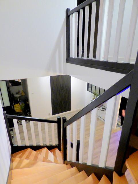 Réalisation d'un grand escalier minimaliste en U avec des marches en bois et un garde-corps en bois.