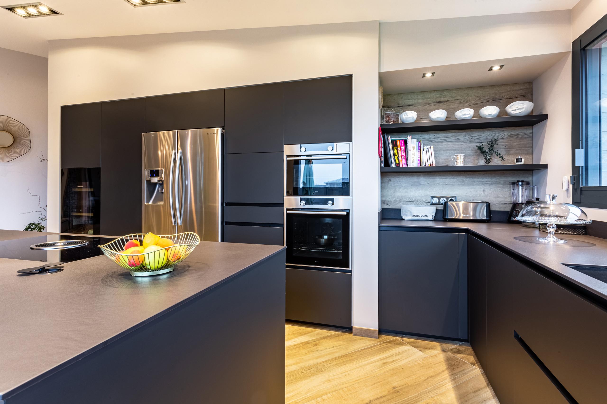 Réalisation d'une cuisine noir mat haut de gamme sans poignées avec mange debout