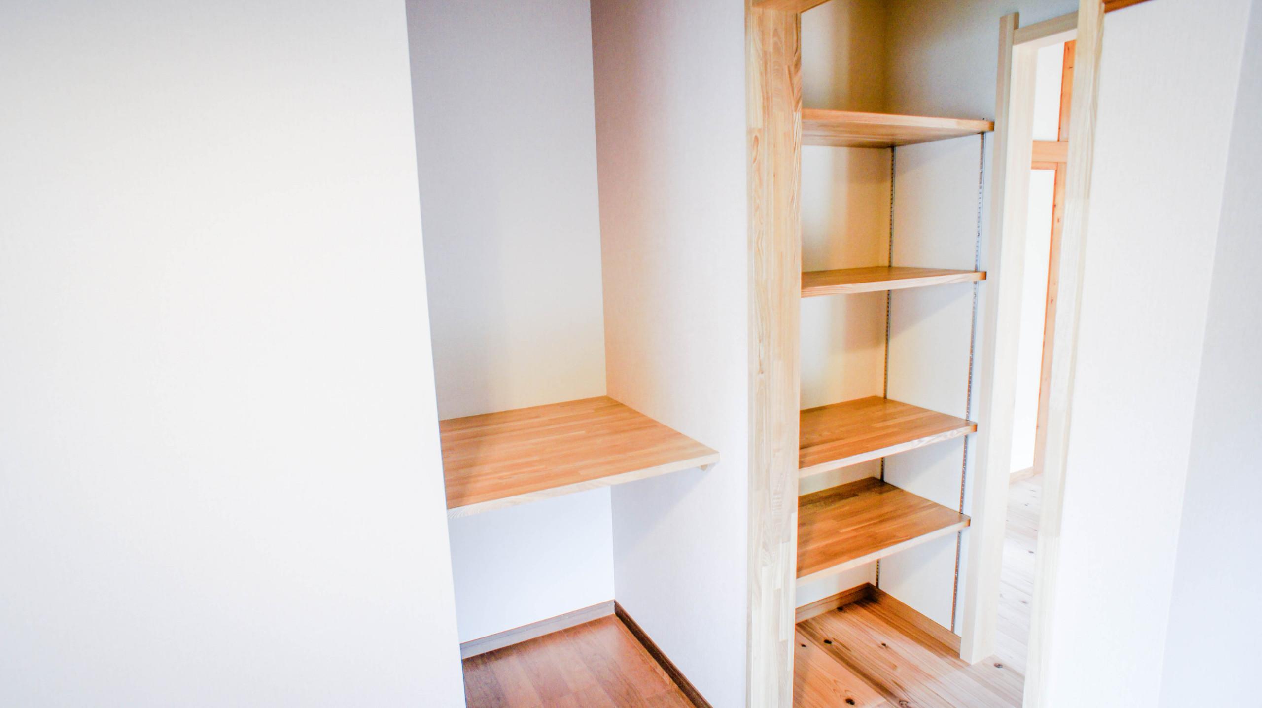 木の優しいぬくもり。シンプルでお洒落な機能型稼働棚