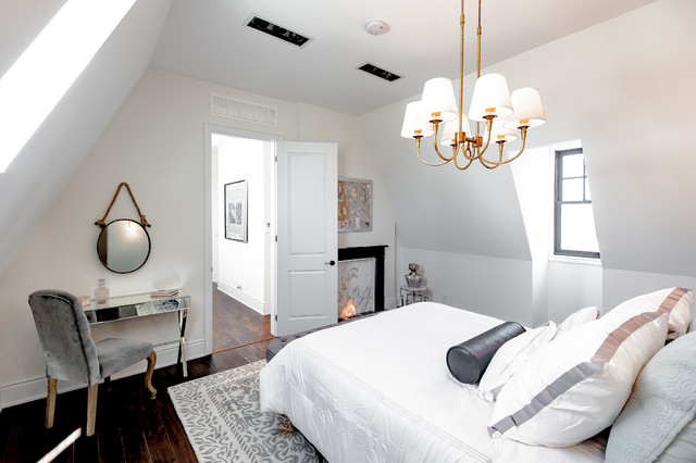 Example of a transitional home design design in Toronto