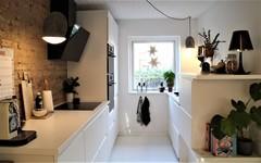 Køkken-alrum forvandlet: Rå murstensvæg og rene linjer i Horsens