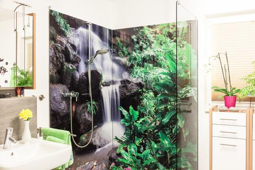 Glasdusche mit Duschtapete Wasserfall