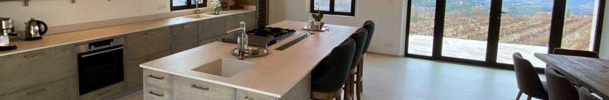 cuisine avec plan de travail et cr dences en silestone amazon su de mate. Black Bedroom Furniture Sets. Home Design Ideas