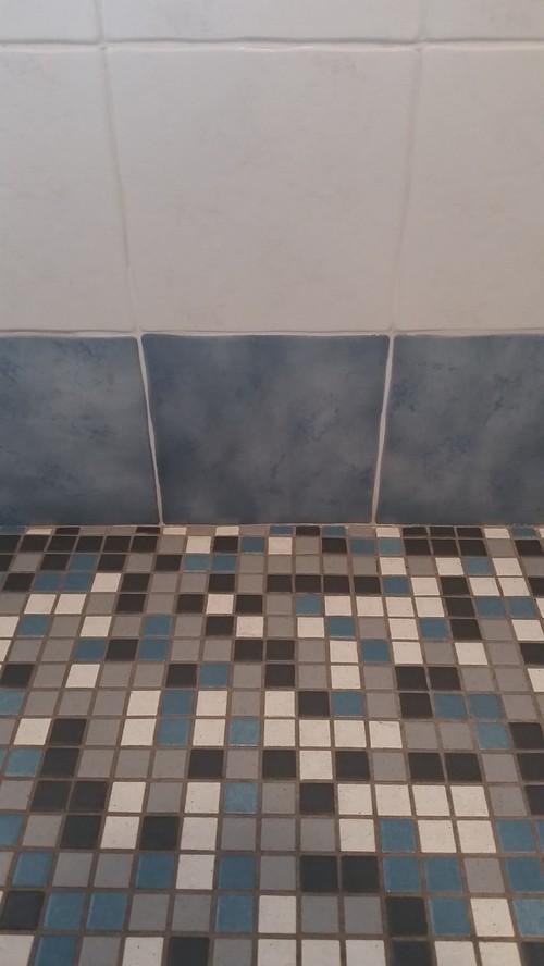Consigli per restaurare le pareti del bagno - Coprire piastrelle con resina ...