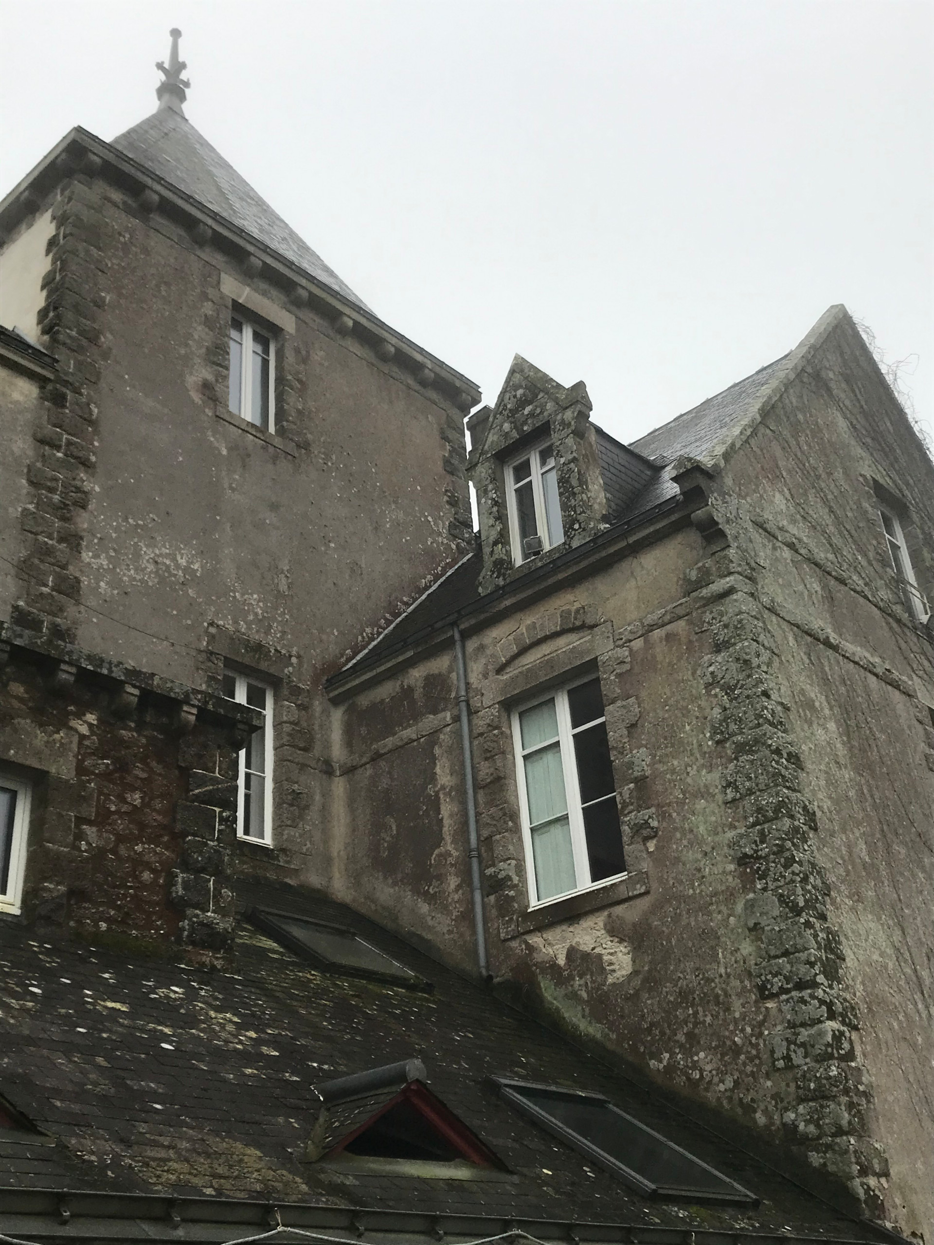 Rénovation de façade d'une maison ancienne au moyen d'enduits à la chaux