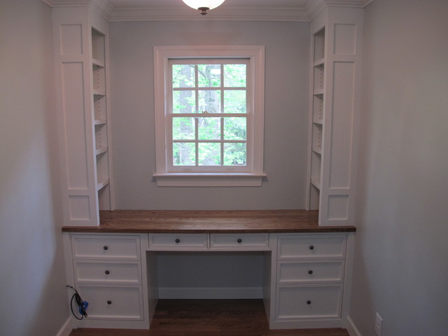 Built In Desk And Bookshelves