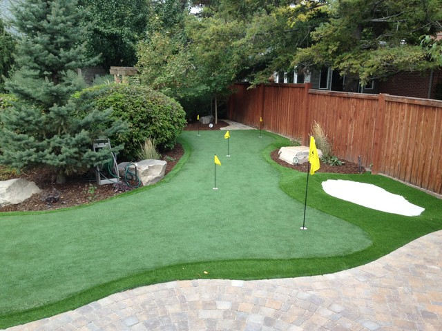 Gentil Backyard Putting Greens