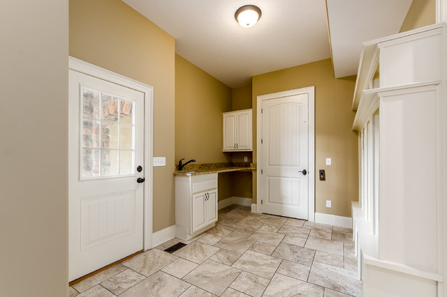 Example of a transitional home design design in Columbus