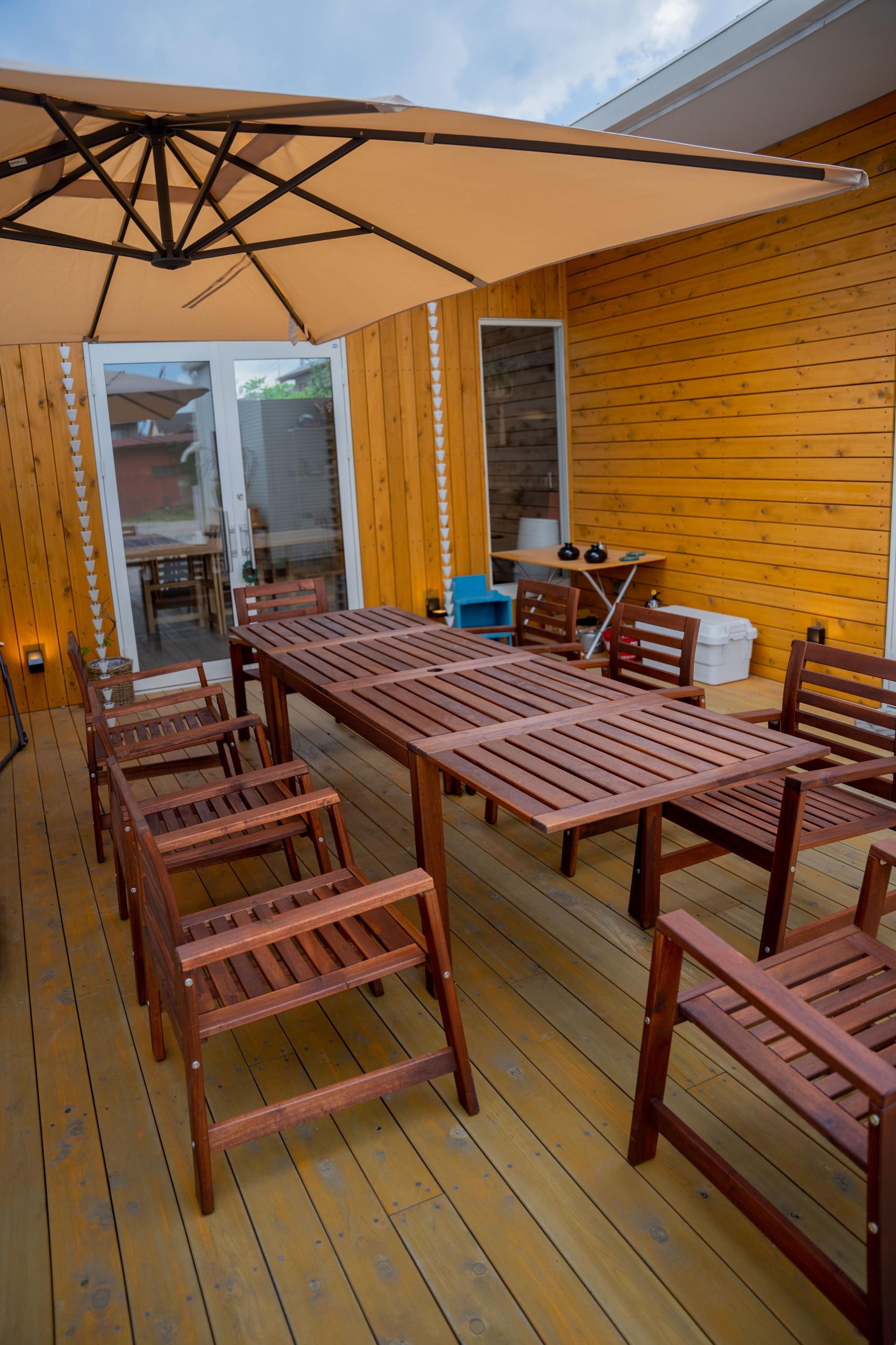 木材の表情を楽しむイケア製のテーブル・チェア&紫外線98%以上カットのイケア製のハンギングパラソル
