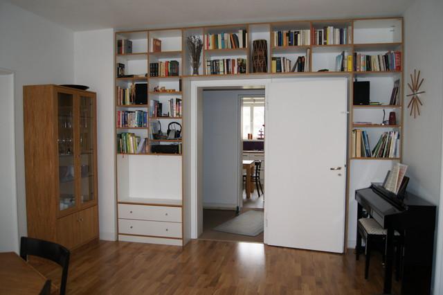 regale um eine tür herum bauen - modern - wohnzimmer - berlin, Wohnzimmer