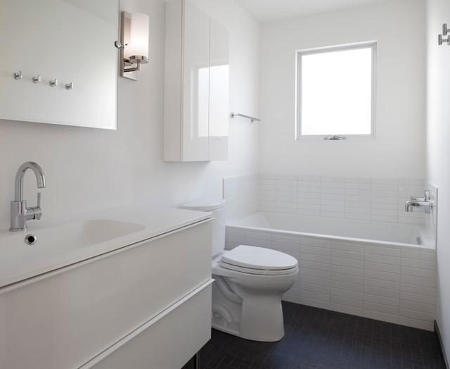 Contemporary white bathroom contemporain salle de bain for Flow wall 48 bonus set
