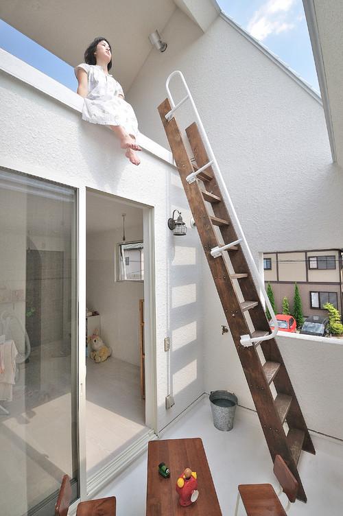 escalera enla terraza de una casa japonesa en okazaki en diariodesign