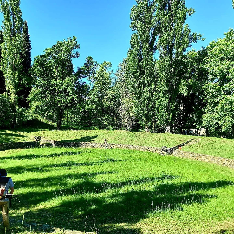 Sfalcio erba e pulizia del parco archeologico per preservare e rendere visibili