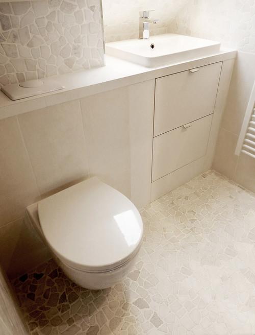 une mini salle d 39 eau passe au total look blanc. Black Bedroom Furniture Sets. Home Design Ideas