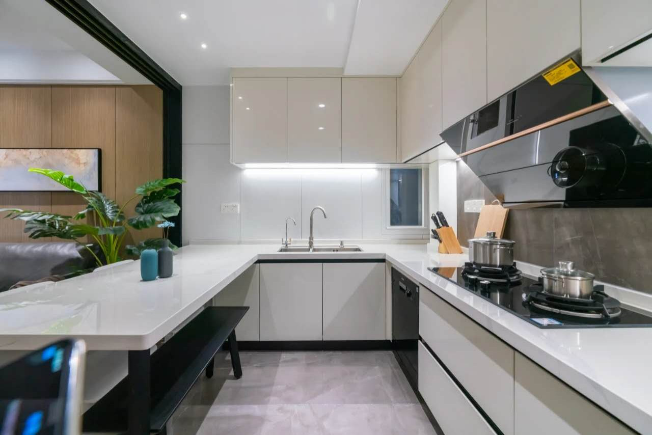 Glossy white cabinet maximize kitchen space