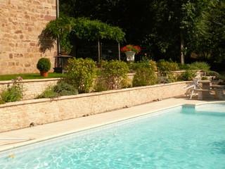 Vue large du muret contemporain piscine toulouse for Accessoire piscine toulouse
