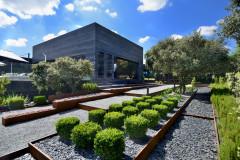 Piedra, agua y luz definen un escultórico jardín mediterráneo