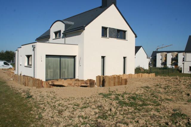 Traverse paysag re et terrasse bois devant une maison contemporaine contemp - Comment savoir a qui appartient une maison abandonnee ...