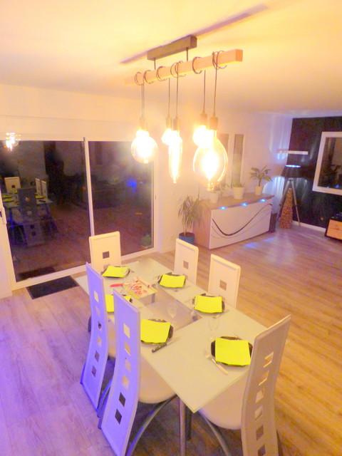 Cette photo montre une salle à manger moderne.