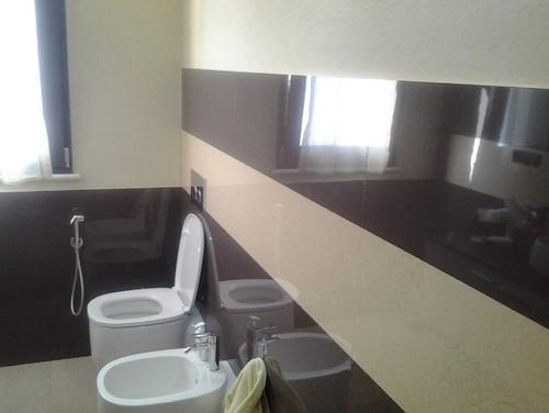 devo modificare il layout del bagno toglier la finestra creer una nicchia la finestra la spostero sul lato sx il dilemma il colore delle pareti