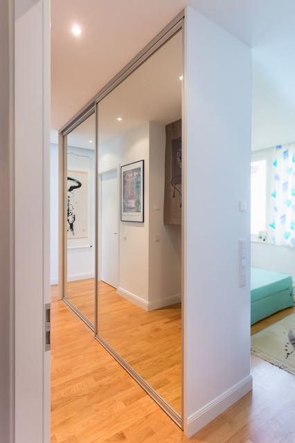Kleiderschrank spiegel modern  freistehender Kleiderschrank mit Schiebetüranlage als Schrankfront ...