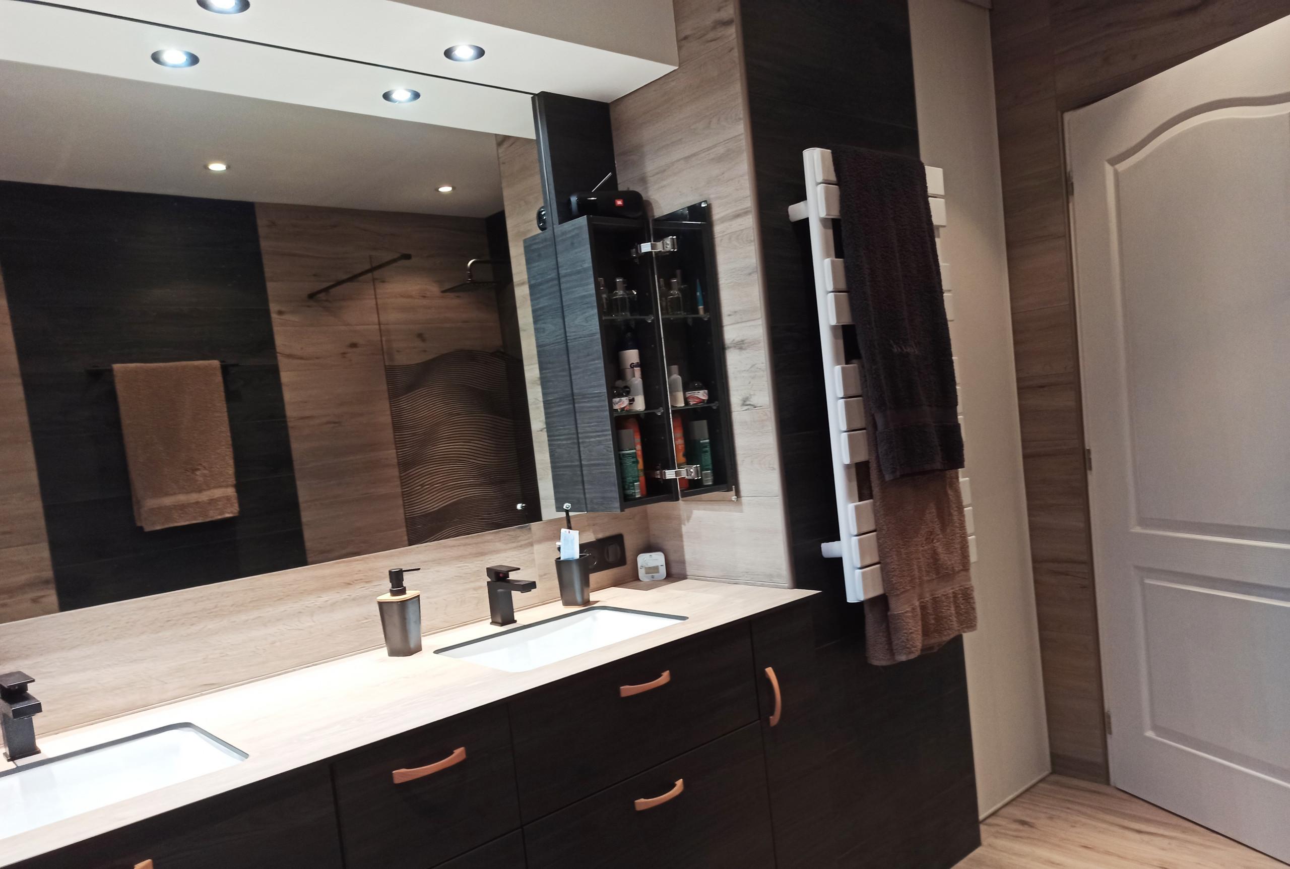 Du bois noir dans la salle de bain