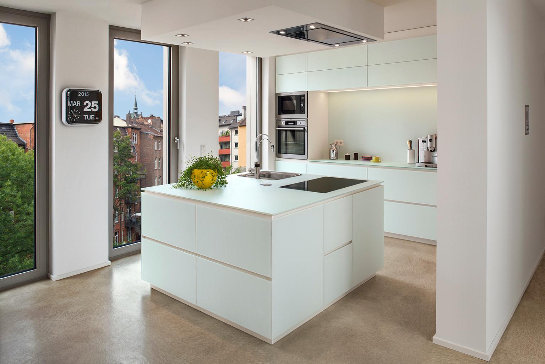 Einbauküche mit Glasfronten
