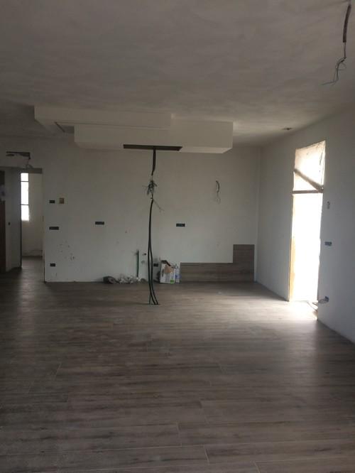 Cosa abbinare come rivestimento ad un pavimento finto legno rovere tor - Piastrelle color legno ...