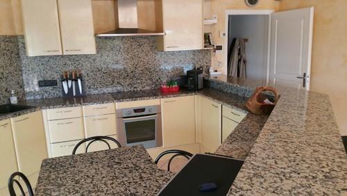 couleur meuble cuisine avec plan travail granit mouchete - Cuisine Avec Plan De Travail En Granit