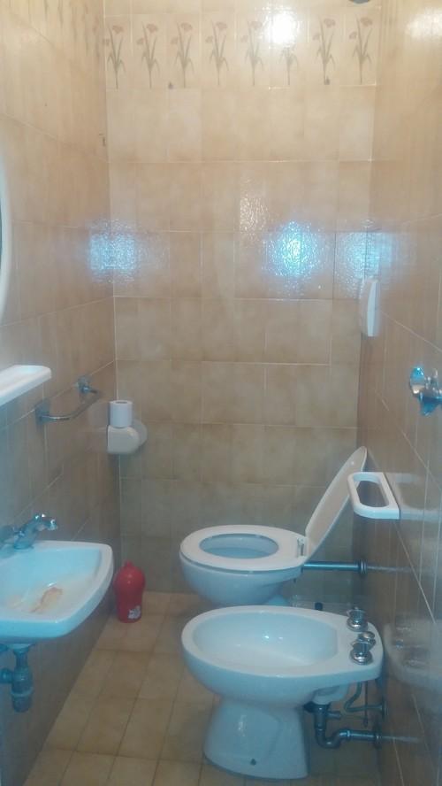 Bagno in camera con scalino aiuto per porta e disposizione - Disposizione bagno piccolo ...