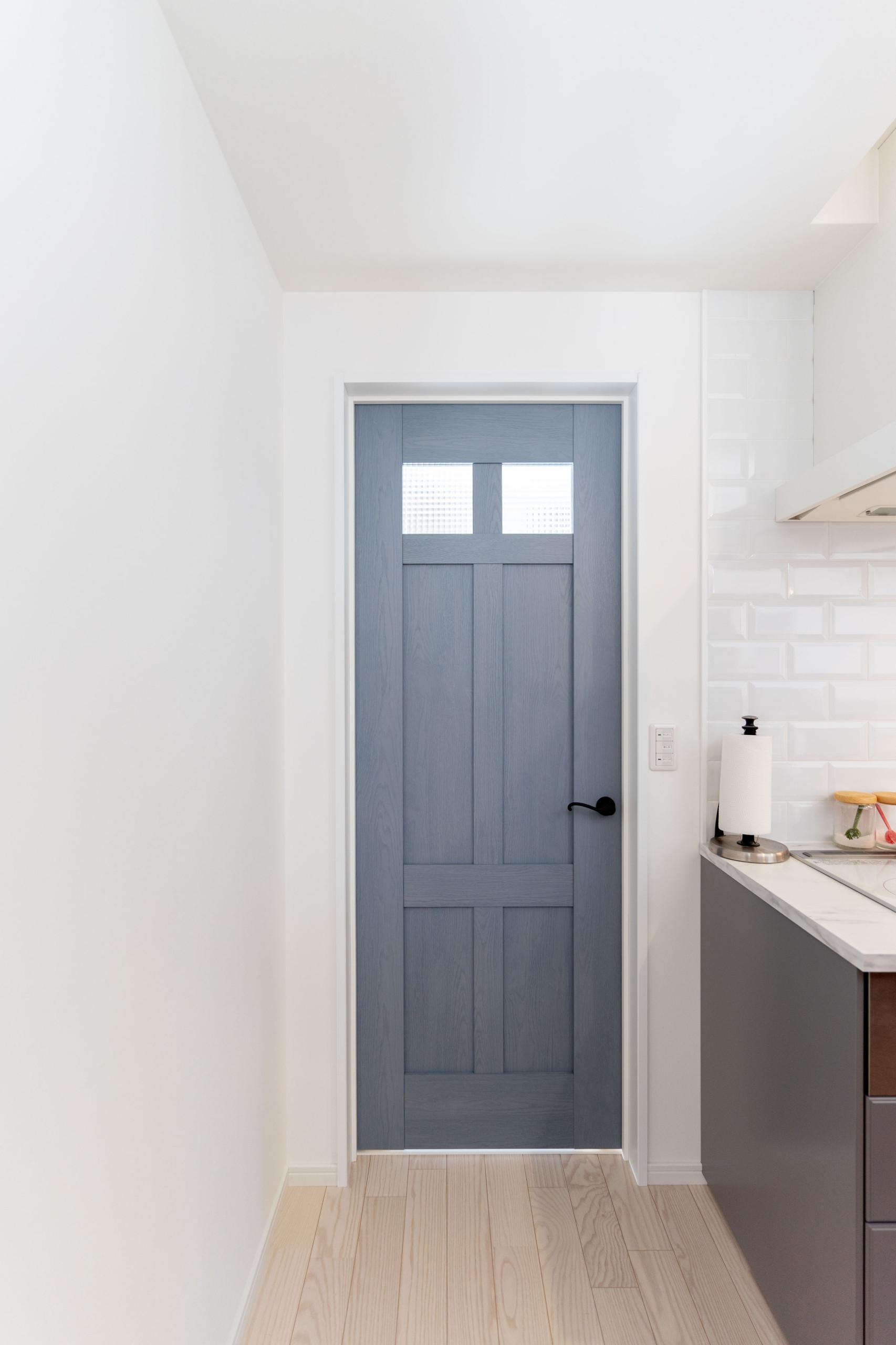 白を基調とした邸宅(子供部屋の扉)