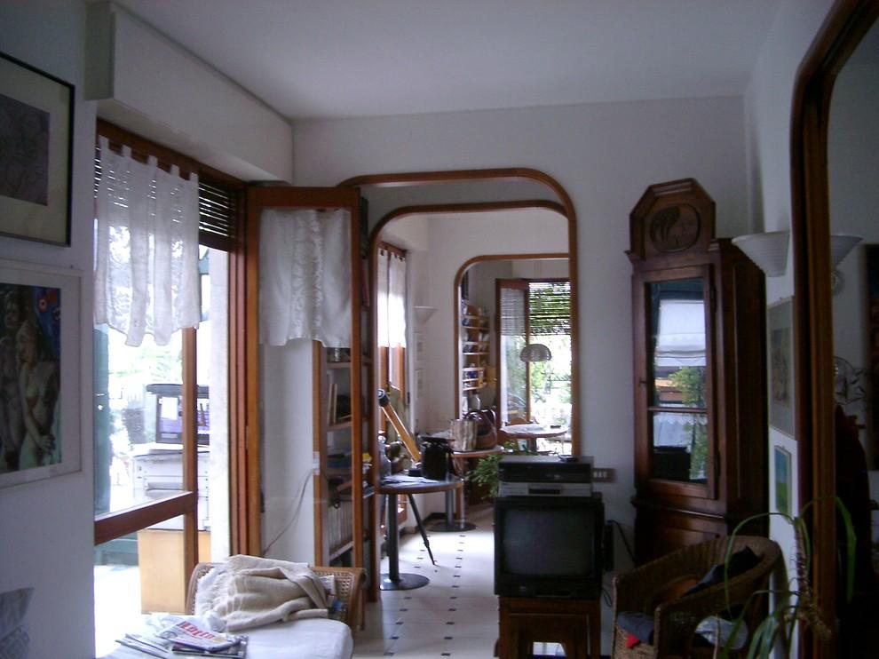 Vista del corridoio tra soggiorno e angolo cottura prima dei lavori
