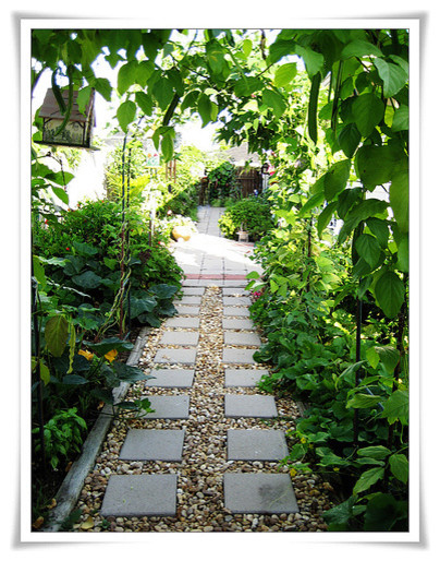 Enchanting Small Garden Landscape Ideas With Stepping Walk: Side Yard Garden Path