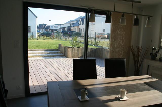 Traverse paysag re et terrasse bois devant une maison - Idee terrasse exterieure contemporaine ...