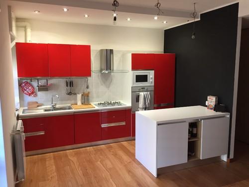 Che tipo/colore di tavolo e sedie mettereste in questa cucina?