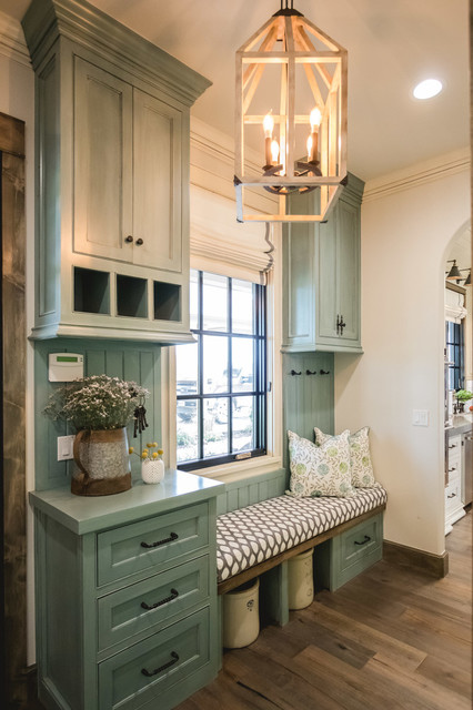 Inspiration for a farmhouse home design remodel in Oklahoma City