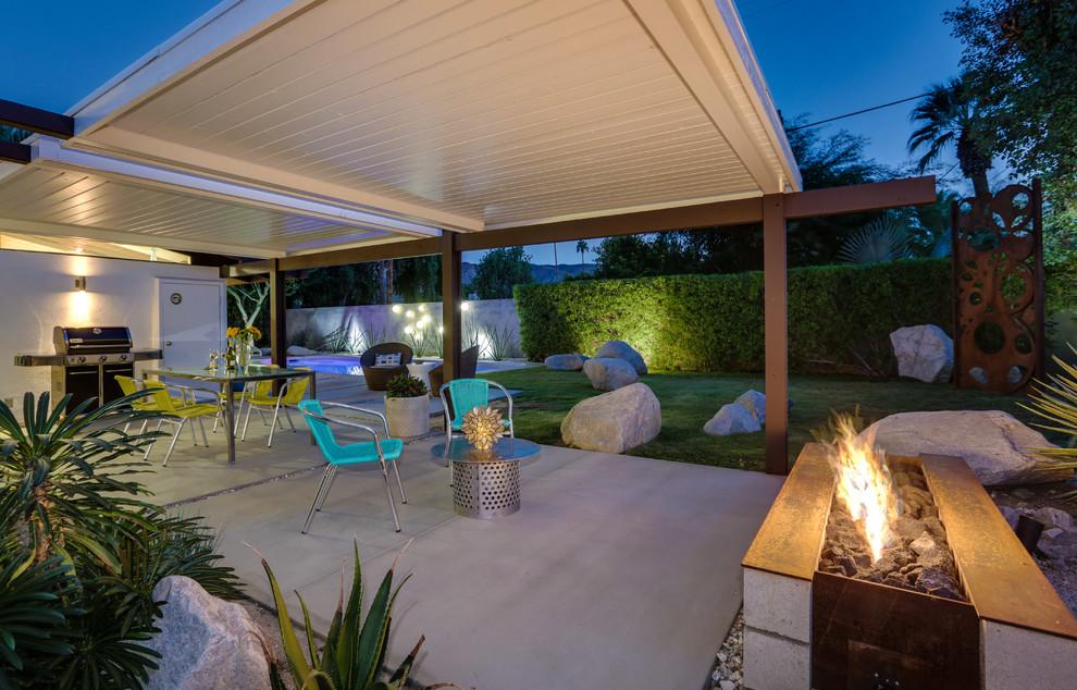 Home design - mid-century modern home design idea in Los Angeles