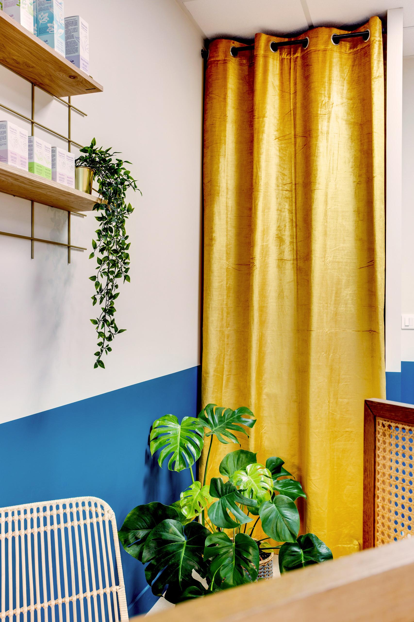 création de rangements dissimulés derrière un rideau en velours doré