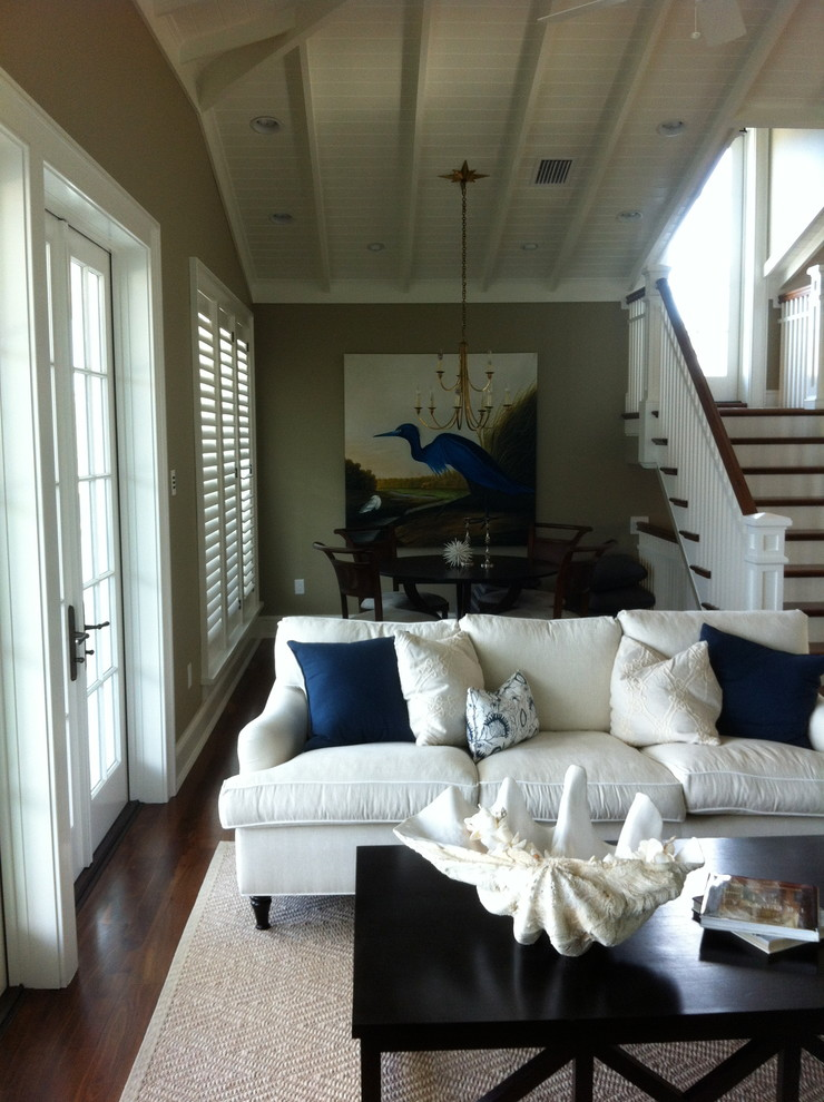 Example of a classic home design design in Tampa
