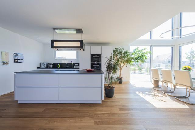 Großer Koch-Wohn-Essbereich - Minimalistisch - Küche - Sonstige - von KitzlingerHaus