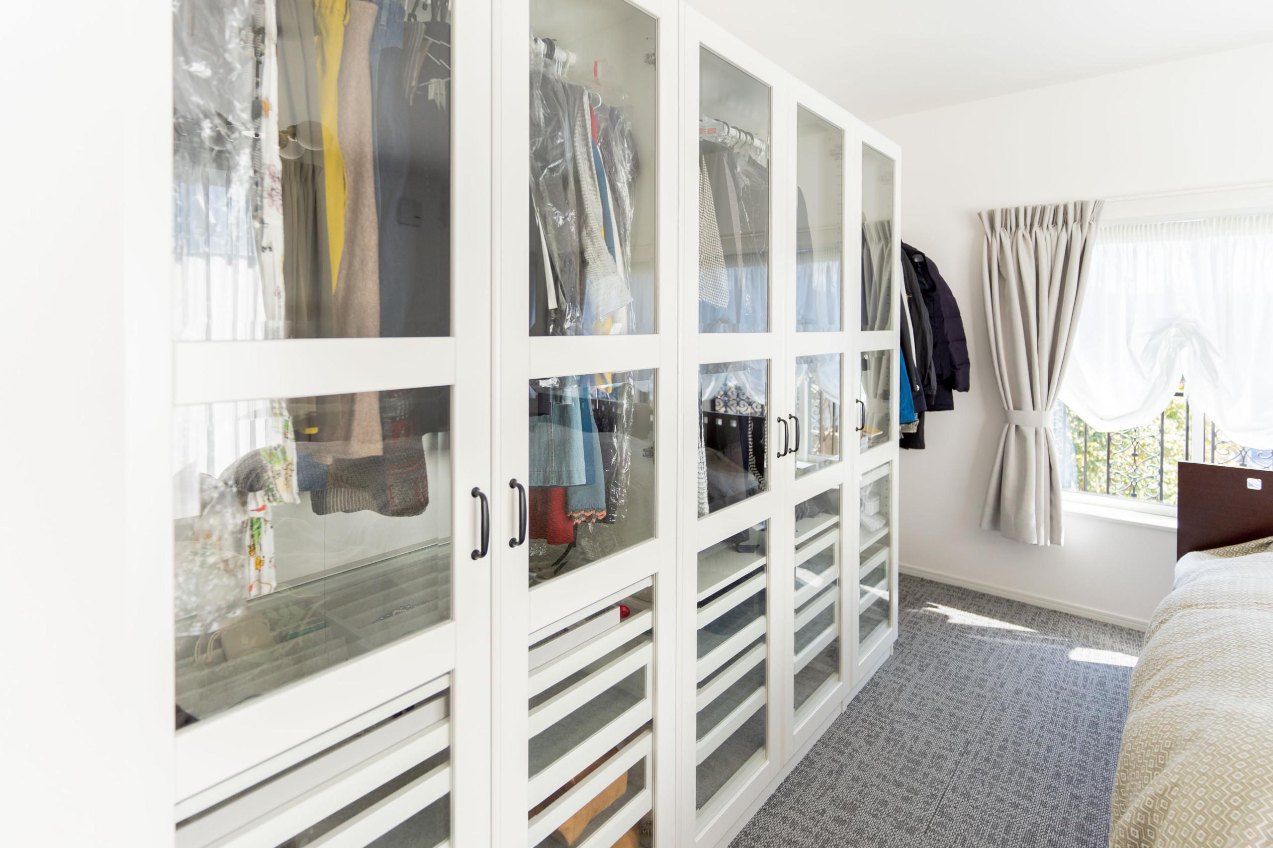 白を基調とした邸宅(寝室・イケア製品「PAX パックス」 )