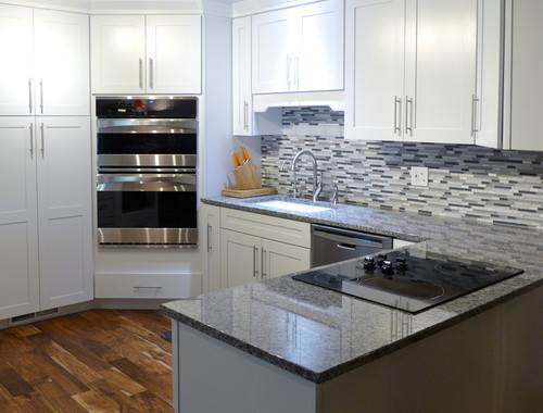 white kitchen cabinets with new caledonia granite new caledonia white cabinets backsplash ideas 29035