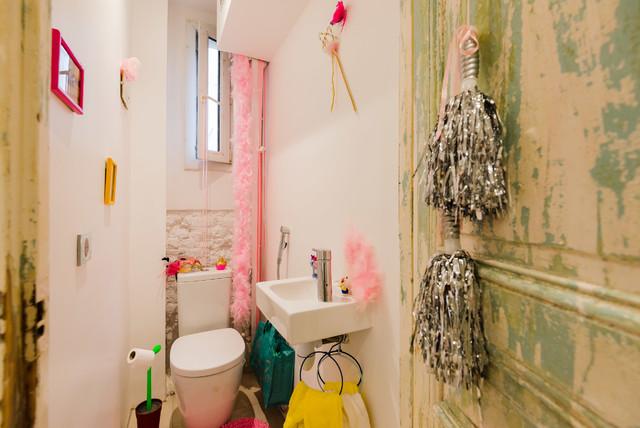 Réalisation d'un WC et toilettes bohème avec un lavabo suspendu, un WC séparé et un mur blanc.